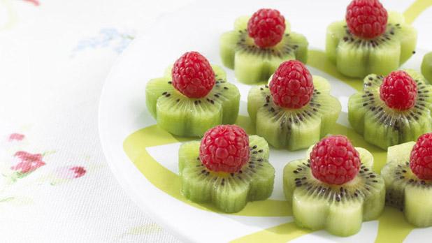 десерт цветочки из киви и малины