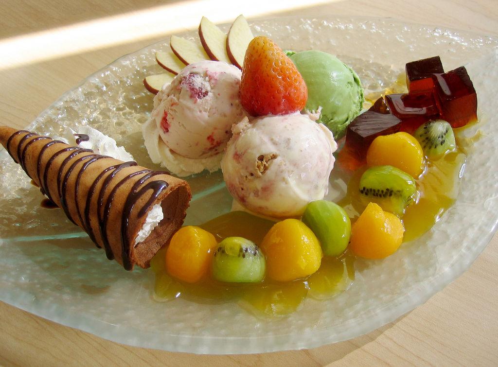 как красиво подать мороженое