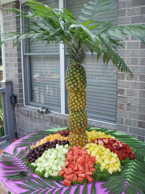 пальма из ананасов с фруктами