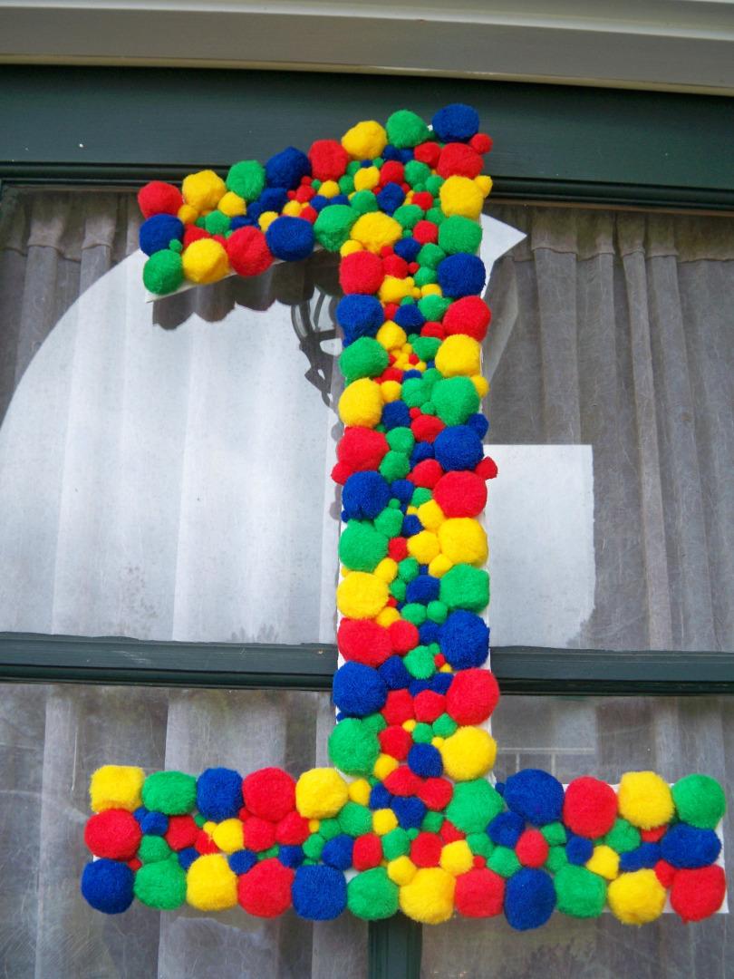объемная цифра - декоративная цифра из помпонов