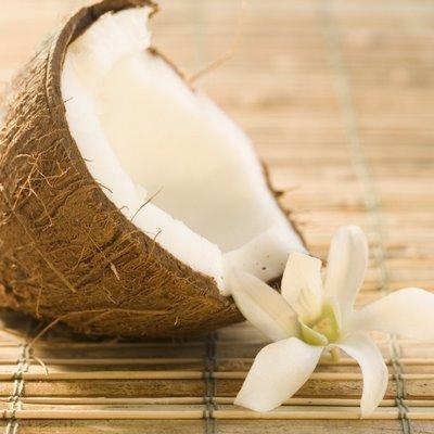 Игра «Передай кокос» для гавайской вечеринки