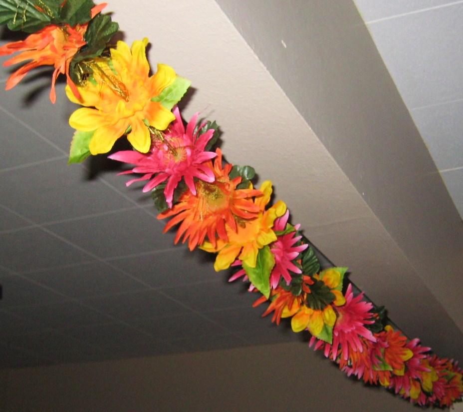 гирлянда из искусственных цветов