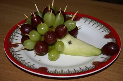 Ежик из фруктов (груши и винограда)