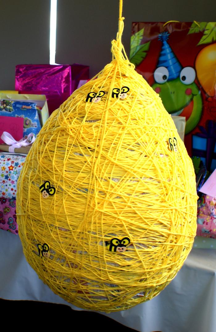пиньята в виде пчелиного улья