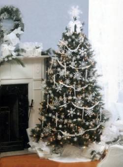 Новогодняя ель, украшенная вязанными снежинками (фото)