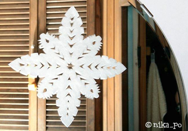 Снежинки на стекле (из зубной пасты)